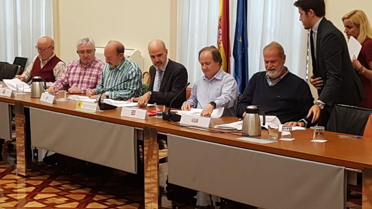 El secretario de Estado de Función Pública, José Antonio Benedicto, y los representantes de los sindicatos